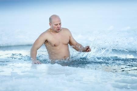 ¿Cuáles son los beneficios de bañarse con agua fría en invierno?