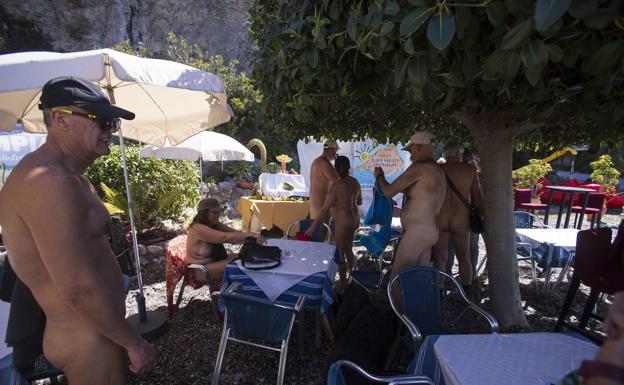 La playa de Cantarriján, en Almuñécar, consigue la denominación de 'playa nudista oficial'